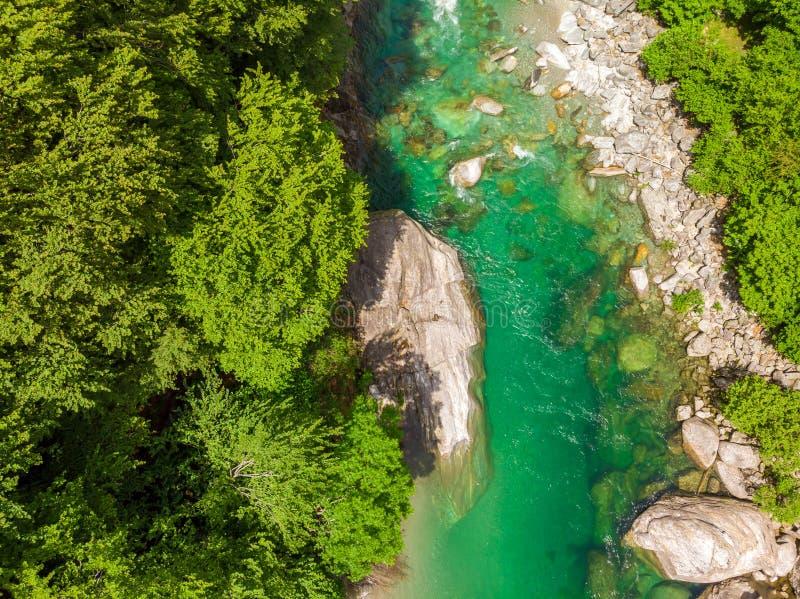 Valle Verzasca - Vogelperspektive des Wasserstromes und -felsen des freien Raumes und des T?rkises in Verzasca-Fluss in Tessin -  lizenzfreie stockbilder