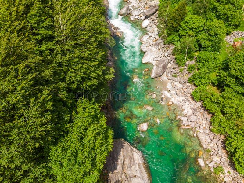 Valle Verzasca - Vogelperspektive des Wasserstromes und -felsen des freien Raumes und des T?rkises in Verzasca-Fluss in Tessin -  stockfotografie