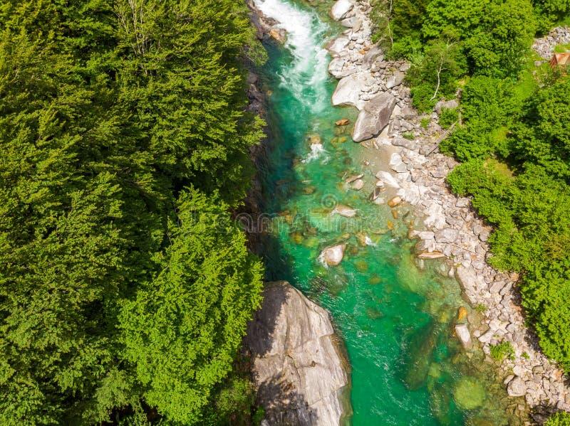 Valle Verzasca - Vogelperspektive des Wasserstromes und -felsen des freien Raumes und des T?rkises in Verzasca-Fluss in Tessin -  lizenzfreies stockfoto