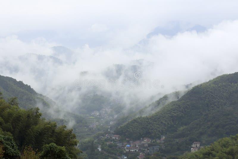 Valle, villaggi e nuvole bianche immagini stock