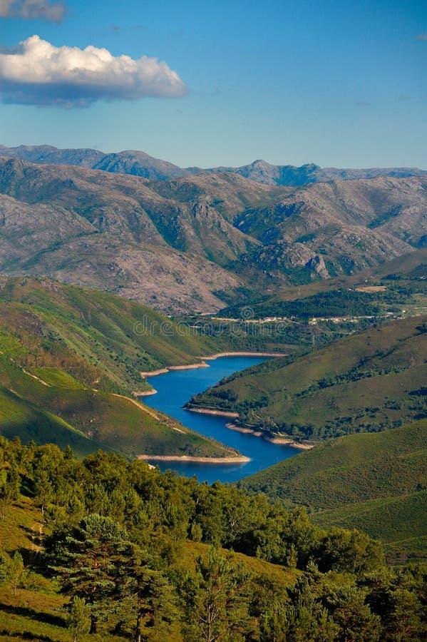 Valle y lago en Peneda-Geres, Portugal foto de archivo libre de regalías