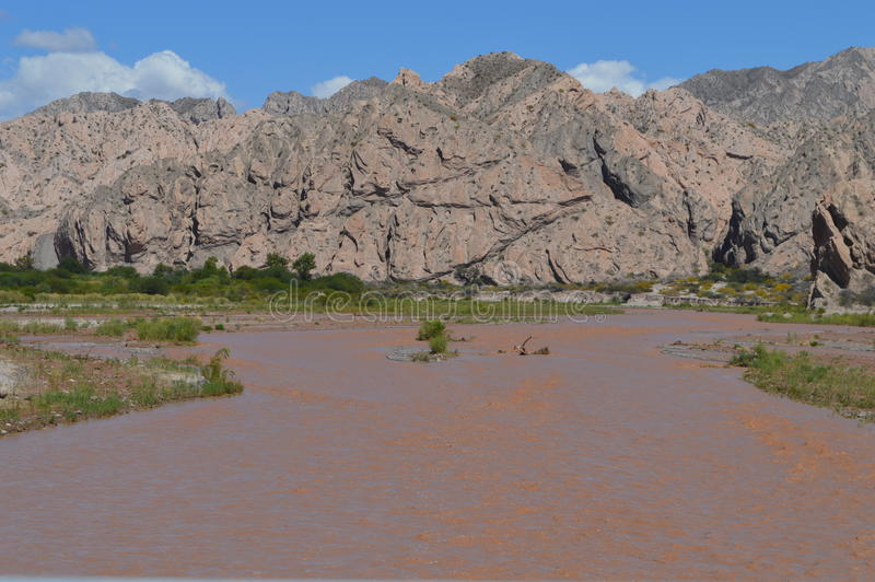Valle y río imagen de archivo libre de regalías