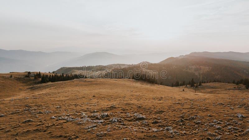 Vallei bij de bovenkant van de bergketting in de zonsondergang wordt genomen die royalty-vrije stock foto