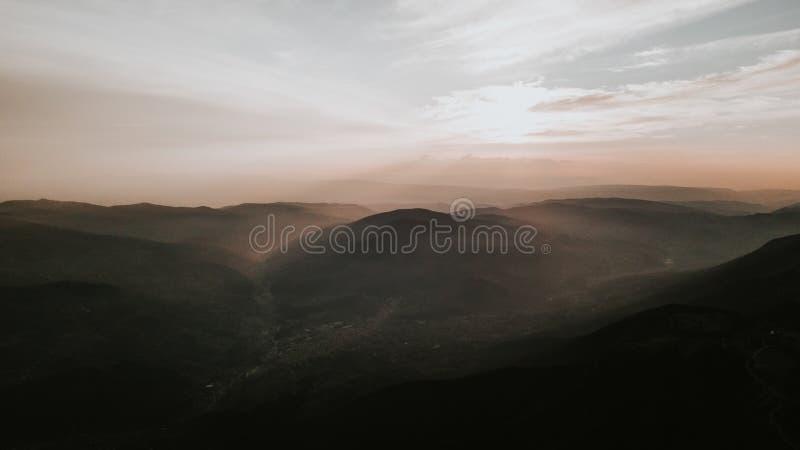 Vallei bij de bovenkant van de bergketting in de zonsondergang wordt genomen die royalty-vrije stock foto's