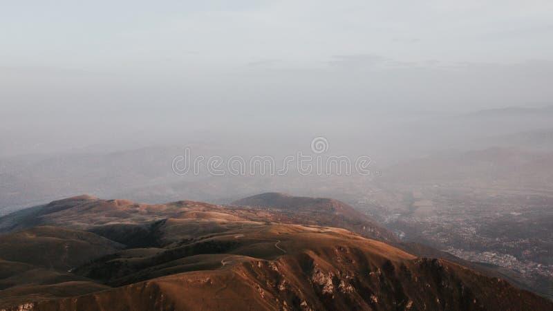Vallei bij de bovenkant van de bergketting in de zonsondergang wordt genomen die stock afbeeldingen
