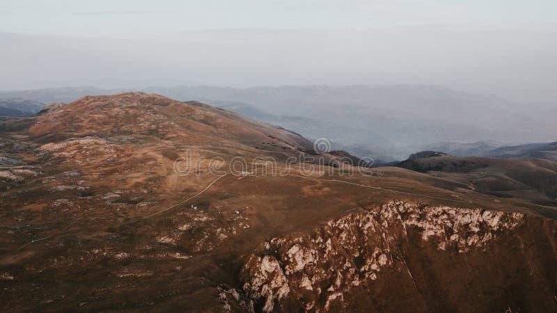 Vallei bij de bovenkant van de bergketting in de zonsondergang wordt genomen die stock afbeelding
