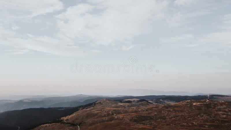 Vallei bij de bovenkant van de bergketting in de zonsondergang wordt genomen die stock foto's