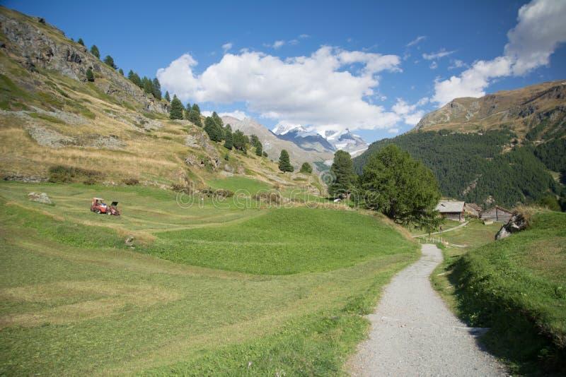 Vallei in de Alpen stock afbeeldingen
