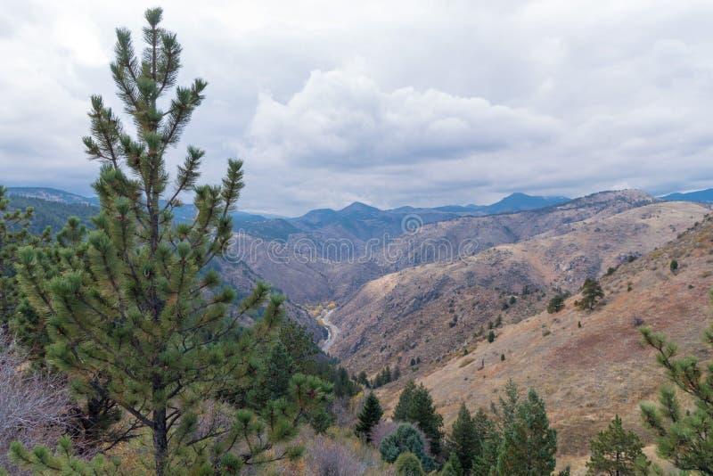 Vallei in de berg stock fotografie