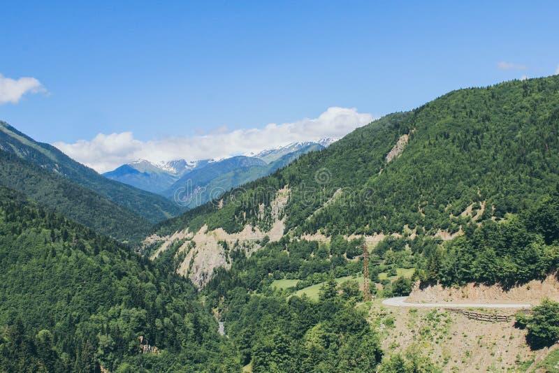 Vallei in de berg van de Kaukasus met gevaarlijke weg stock foto's