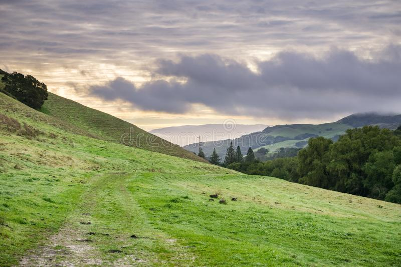 Vallei in Las Trampas Regional Wilderness Park op een bewolkte dag, de baai van de Contracosta-provincie, Oost-San Francisco, Cal royalty-vrije stock afbeeldingen