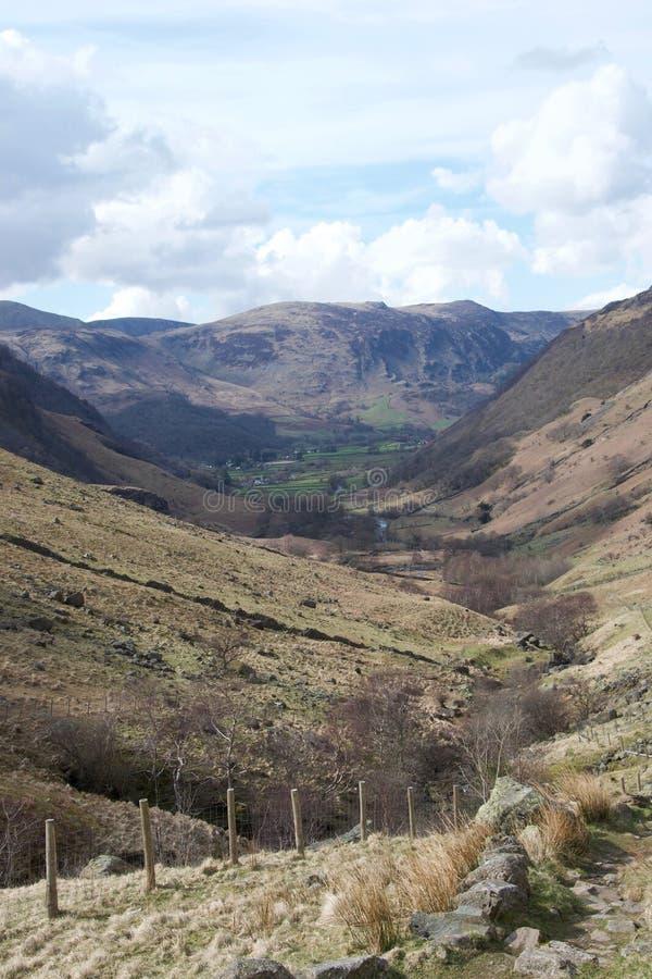 Vallei in Meerdistrict Cumbria, het UK; groene landbouwgrond in afstand en omheining in voorgrond stock foto
