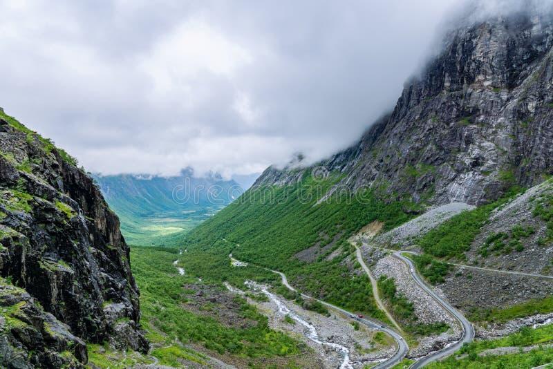 Vallei in Noorwegen waar de beroemde Sleeplijnenweg begint stock fotografie
