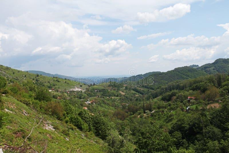 Vallei in plattelandsbergen in Roemenië stock foto