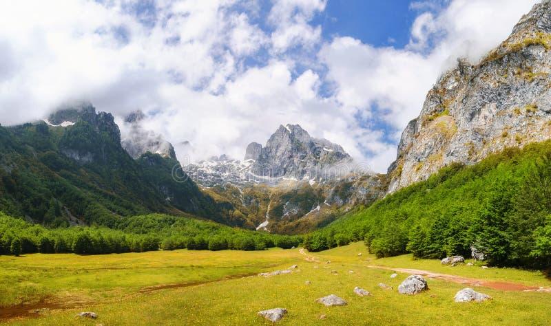 Vallei in prokletjebergen in montenegro stock foto's