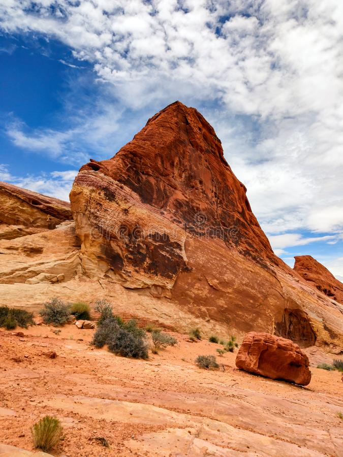 Vallei van Brand, Nevada, de V.S. Rode rots tegen blauwe bewolkte hemelachtergrond royalty-vrije stock fotografie
