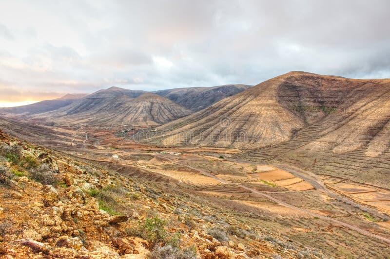 Vallei van bruine droge bergen stock fotografie