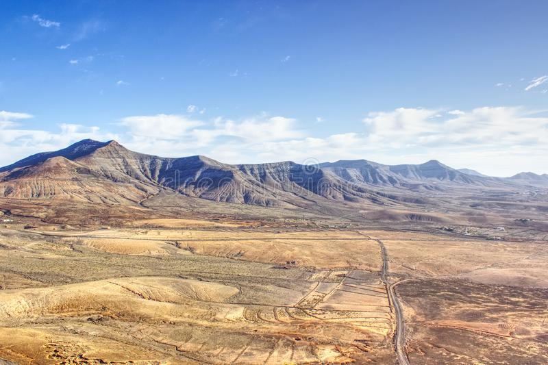 Vallei van droge bruine bergen royalty-vrije stock afbeelding