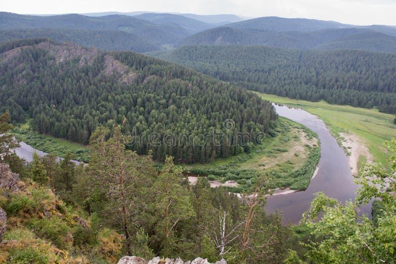 Vallei van rivier Belaya in Oeralgebergte stock foto