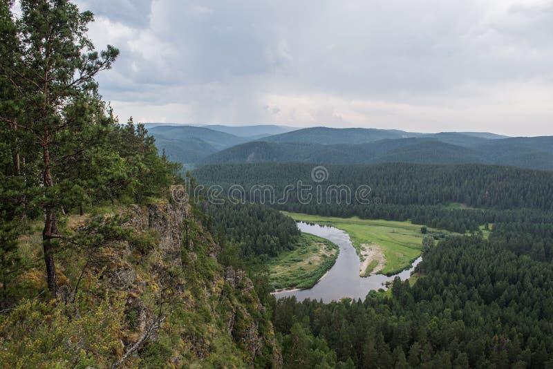 Vallei van rivier Belaya in Oeralgebergte stock foto's