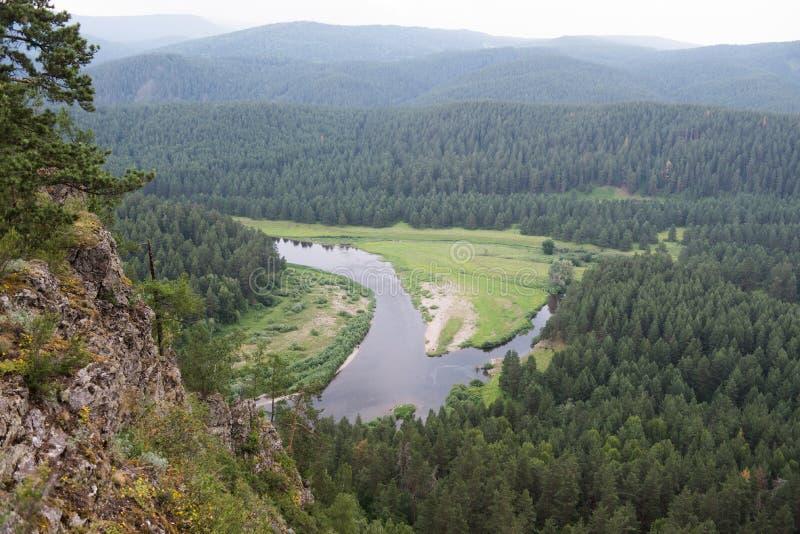 Vallei van rivier Belaya in Oeralgebergte stock afbeeldingen