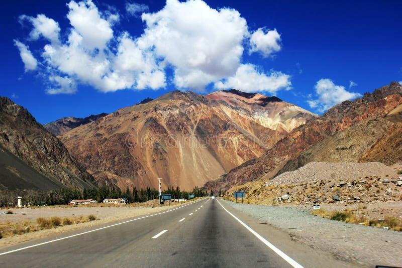 Vallei van Uspallata, weg aan de grens tussen Argentinië en Chili, Mendoza stock afbeelding