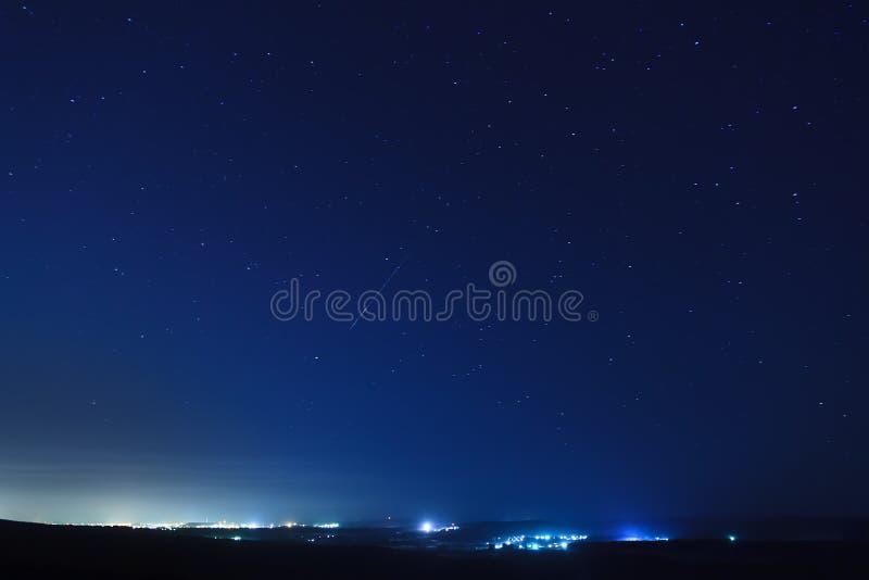 Vallend ster in de nachthemel stock afbeelding