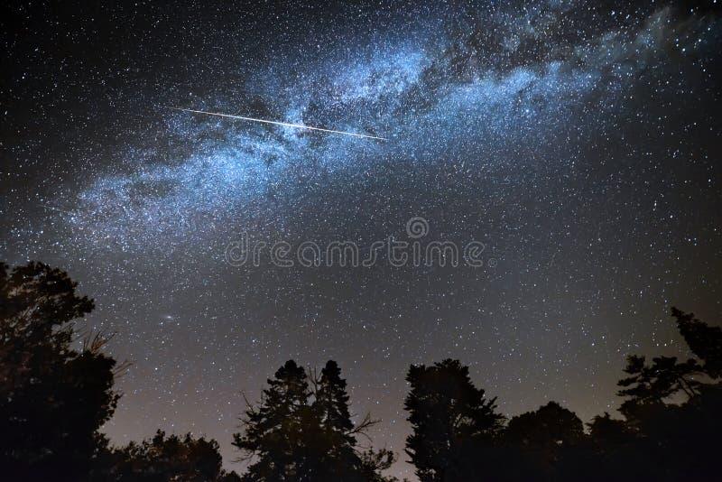 Vallende ster over melkachtige manier stock foto