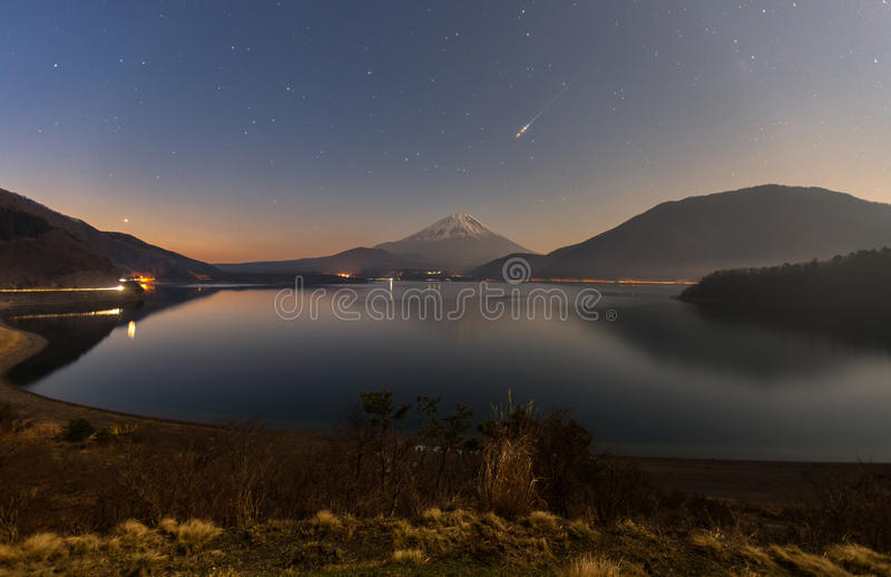 Vallende ster tijdens sterrige nacht over MT Fuji bij Motosuko-LAK royalty-vrije stock fotografie