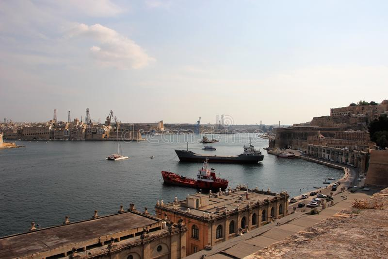 Valletta, Μάλτα, τον Αύγουστο του 2015 Θαυμάσια άποψη θάλασσας του κύριου λιμανιού island's με τα φορτηγά πλοία στοκ εικόνα με δικαίωμα ελεύθερης χρήσης