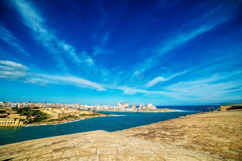 Valletta, Μάλτα: εναέρια άποψη από τους τοίχους πόλεων Λιμάνι και Sliema Marsamxett στοκ εικόνες
