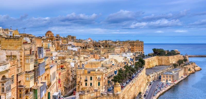 Valletta con edificios tradicionales malteses con persianas y balcones coloridos, Malta foto de archivo
