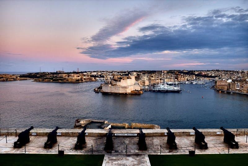 Valletta forteca przy półmrokiem - Malta panorama fotografia stock