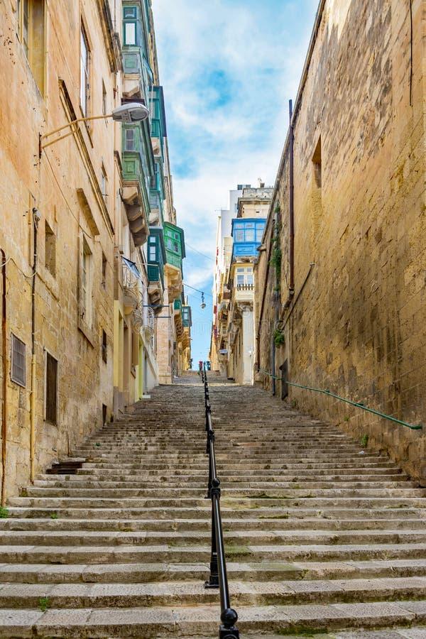 Valletta - gator och trappa royaltyfri fotografi