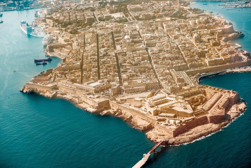 Valletta huvudstaden av Malta från siktsflygplanhamnen, capitol royaltyfri bild