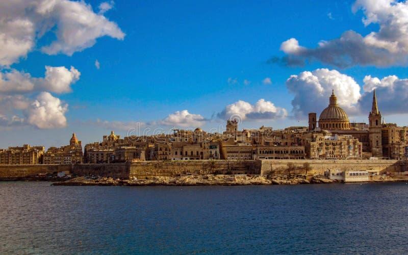 Valletta linia horyzontu panorama z Karmelicką Kościelną kopułą St Pauls Anglikańską katedrą w słonecznym dniu z niebieskim niebe obrazy stock