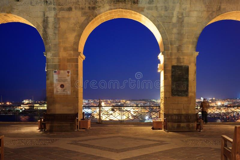 Valletta Malta, övreBarrakka trädgårdar, i aftonen Terrass med en sikt till den storslagna hamnen royaltyfri foto