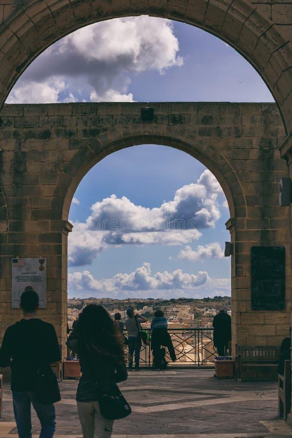 Valletta Malta, övreBarrakka trädgårdar Terrass med stenbågar och en sikt till den storslagna hamnen arkivbilder
