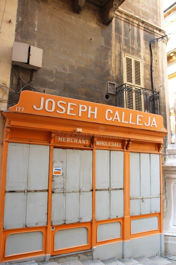 Valletta Malta, Augusti 2015 Sikten av övergav det gammalt shoppar i centret royaltyfri fotografi