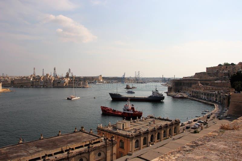 Valletta Malta, Augusti 2015 Storartad havssikt av den huvudsakliga hamnen för island's med lastfartyg royaltyfri bild