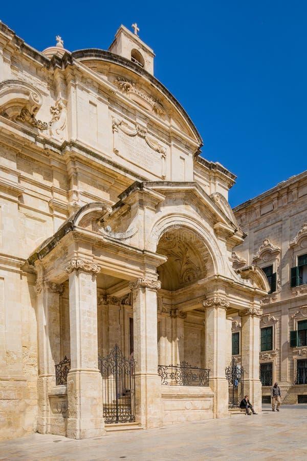 Valletta, Malta - 5 de maio de 2016: Igreja de Saint Catherine fotografia de stock