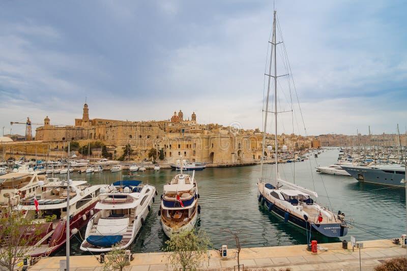 Valletta, Malta - 7 de maio de 2017: Na baía o porto grande fotos de stock