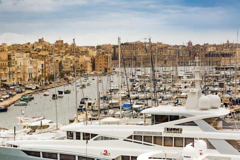 Valletta, Malta - 7 de maio de 2017: Na baía o porto grande imagens de stock royalty free