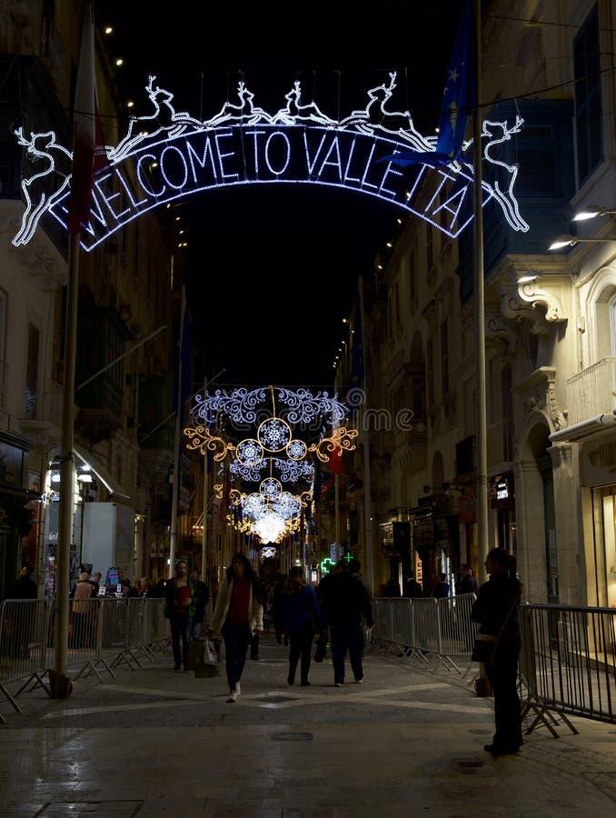 VALLETTA MALTA - 8 DEC, 2016: mening van de verlichte Straat van de Republiek met Kerstmisdecoratie in Valletta, Malta Het decor  royalty-vrije stock afbeelding