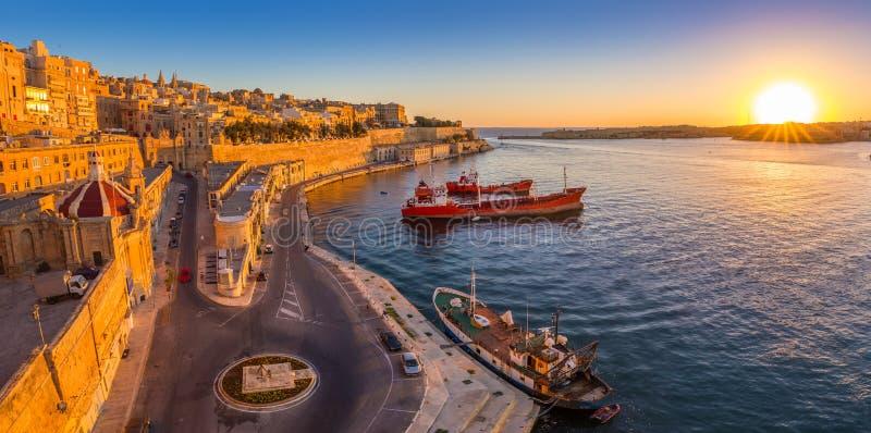Valletta Malta - den panorama- horisontsikten av Valletta och den storslagna hamnen med härlig soluppgång, sänder arkivbilder