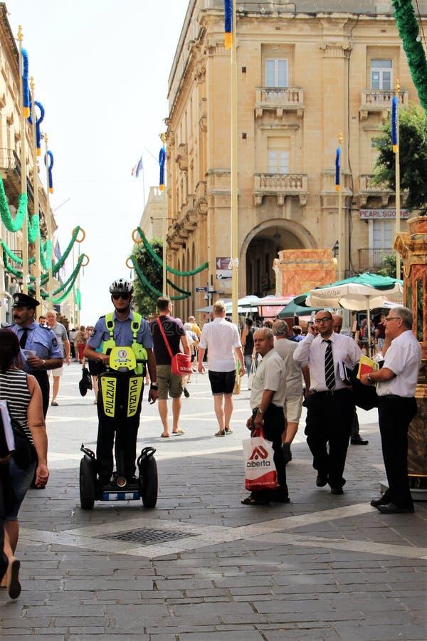 Valletta, Malta, em julho de 2014 Polícia na rua principal da capital no verão fotografia de stock