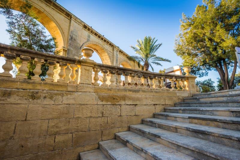 Valletta, Malta - escadas e arco no auge de Valletta com palmeira imagem de stock royalty free