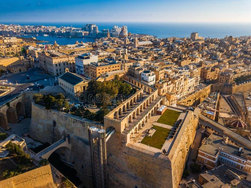Valletta Malta - flyg- horisontsikt av Valletta med att salutera batteri- och UpperBarrakka trädgårdar royaltyfri foto