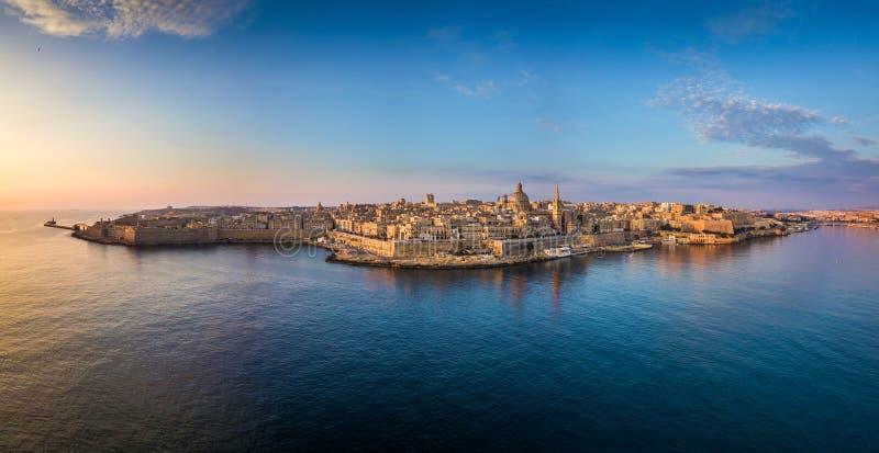Valletta Malta - flyg- panorama- horisont av Valletta på soluppgång med vår dam av den Mount Carmel kyrkan royaltyfria foton