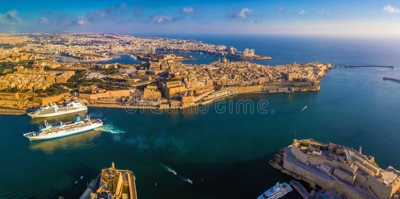 Valletta Malta - flyg- panorama- horisontsikt av den storslagna hamnen av Malta med kryssningskepp royaltyfri foto